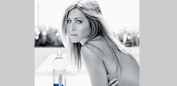 Jennifer Aniston posa para campanha da Smartwater