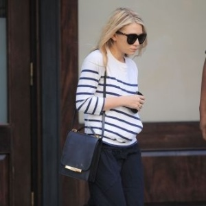 Ashley Olsen é fotografada ao deixar hotel em Nova York (3/6/11)