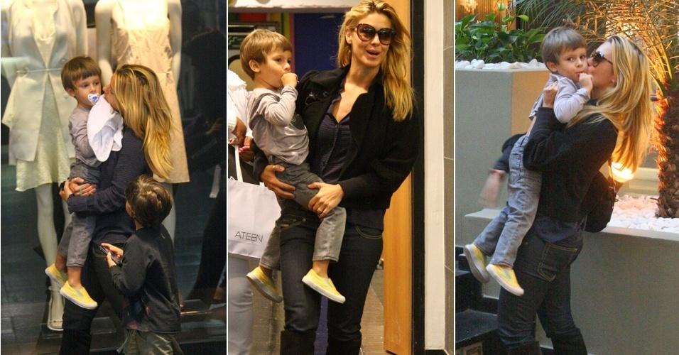 Carolina Dieckmann passeia com filho, José, em shopping carioca (5/6/11)