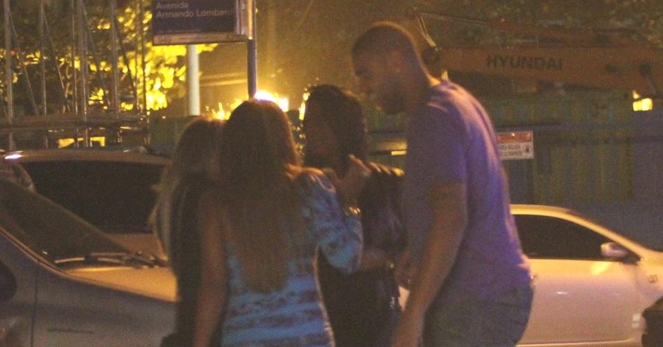 Recém operado, o atacante Adriano se diverte com mulheres em frente a boate carioca, na Barra da Tijuca (5/6/11)