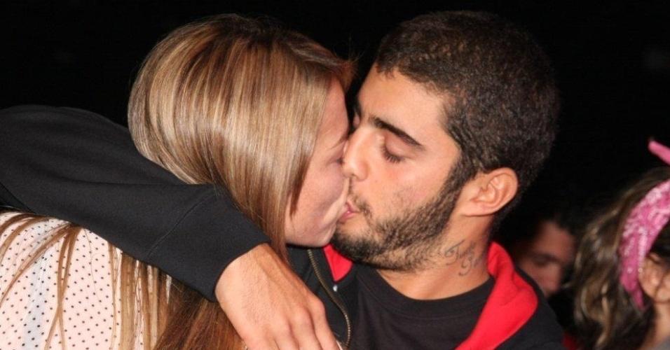 Luana Piovani namora ao som de Seu Jorge em evento no Rio de Janeiro (6/6/11)