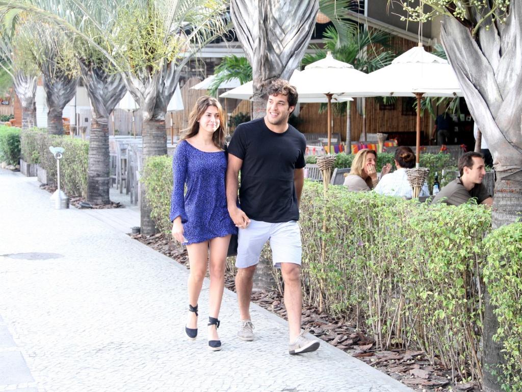 A atriz Fernanda Paes Leme e o lutador Gregor Gracie saem de mãos dadas do restaurante Balada Mix, no Rio de Janeiro (3/6/2011)