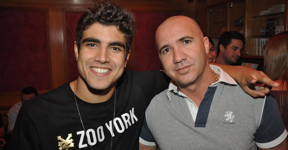 Caio Castro posa com o amigo Victor Ribeiro na boate La Passion Lounge, no Rio (4/6/11)