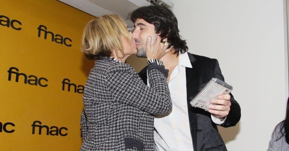 Susana Vieira canta para amigos e beija namorado Sandro Pedroso (8/6/11)