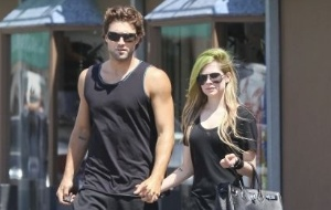Com cabelo verde, Avril Lavigne e o namorado Brody Jenner são vistos na Califórnia (9/6/11)