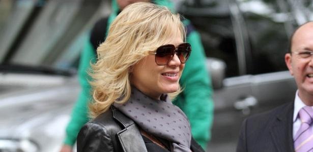 Grávida de sete meses, Eliana deixa um restaurante em São Paulo (10/6/11)