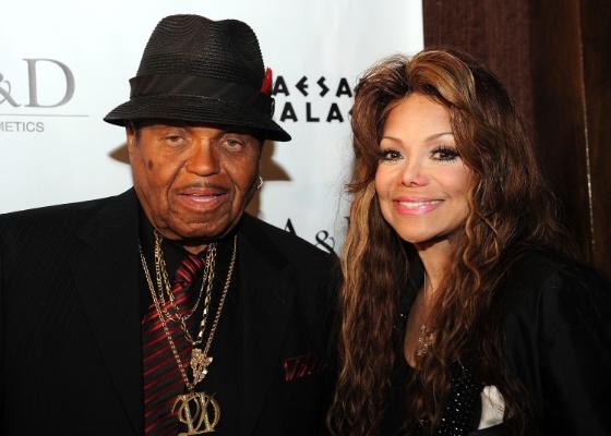 Joe Jackson e a filha La Toya Jackson participam de lançamento do perfume Jackson's Tribute em Nevada, Las Vegas (10/6/2011)