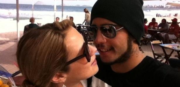 Luana Piovani publica no Twitter foto ao lado do namorado, Pedro Scooby (12/6/11)