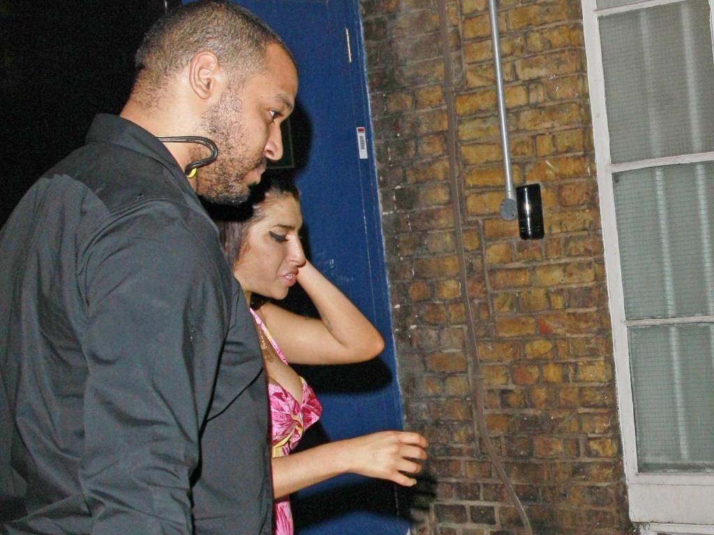 Amy Winehouse deixa clube onde se apresentou, o 100 Club, em Londres, após passar um curto período em uma clínica de reabilitação (13/6/11)