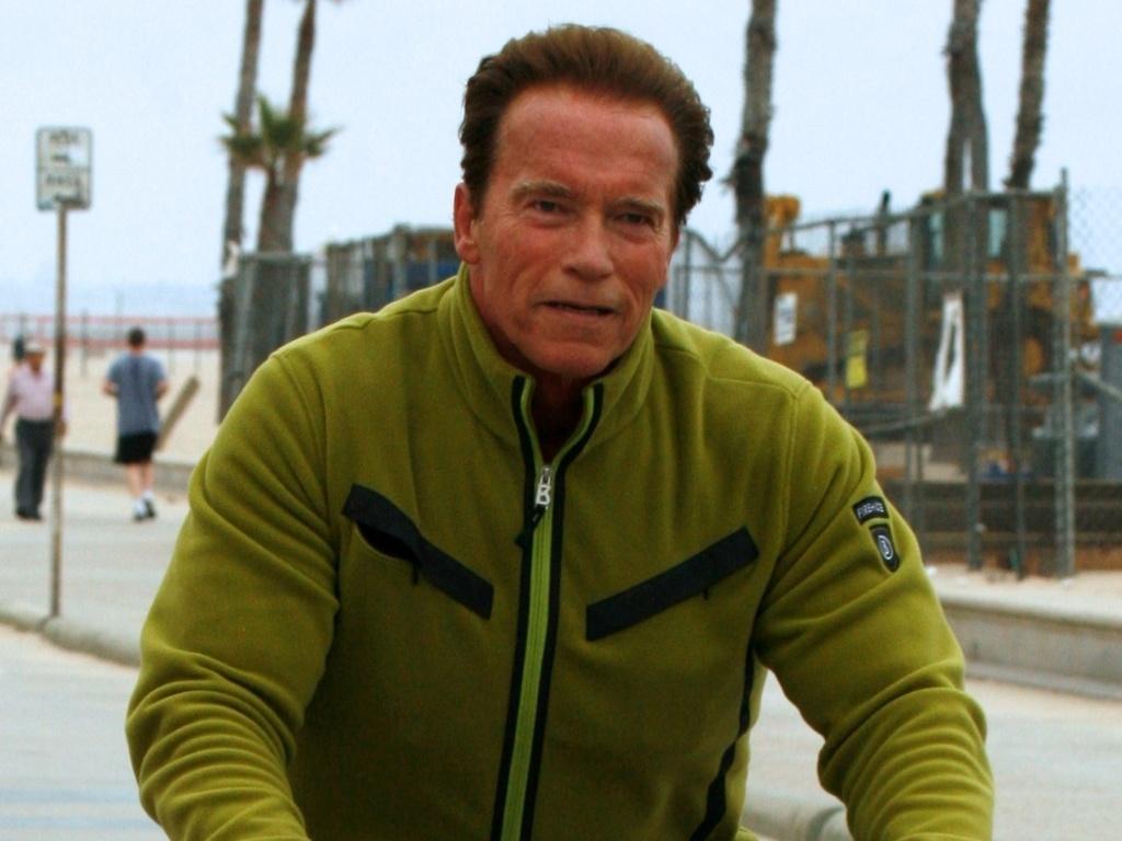 Sozinho, Arnold Schwarzenegger passeia de bicicleta na Califórnia (14/6/11)