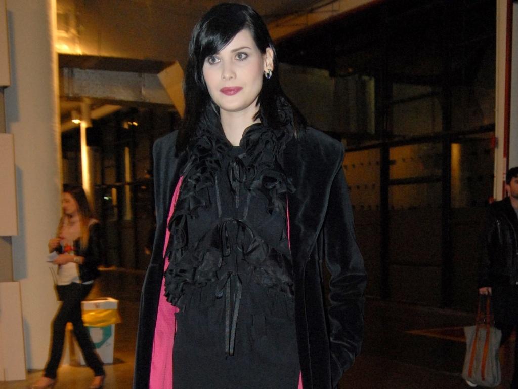 http://m.i.uol.com.br/celebridades/2011/06/15/com-cabelo-longo-atriz-mayana-moura-assiste-os-desfiles-do-spfw-na-bienal-14611-1308143761398_1024x768.jpg