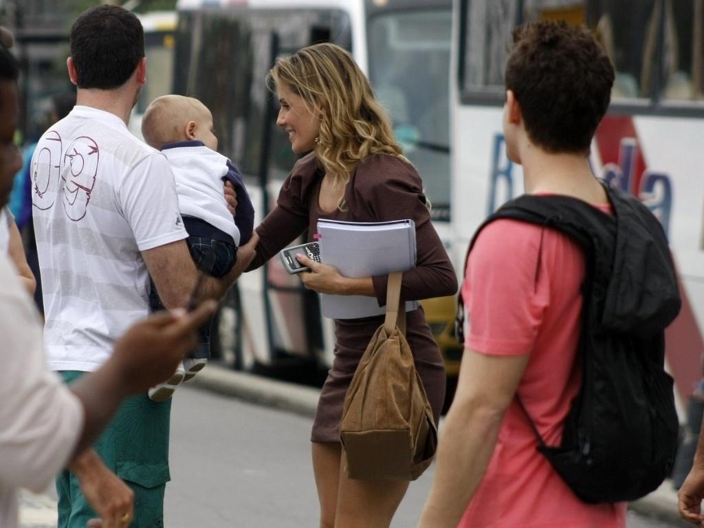 Deborah Secco encanta-se com bebê durante gravação de
