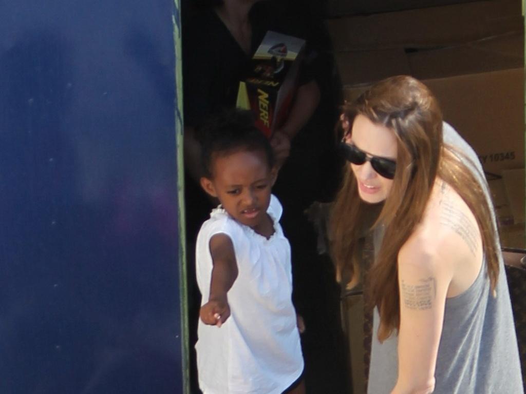 Angelina Jolie brinca com os filhos em Malta (15/6/11)