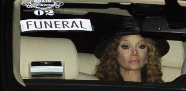 La Toya diz que Michael Jackson a perdoou por acusações de pedofilia em 1993  No-carro-a-cantora-la-toya-jackson-chega-ao-funeral-do-irmao-michael-jackson-em-los-angeles-em-3909-1308263395315_615x300