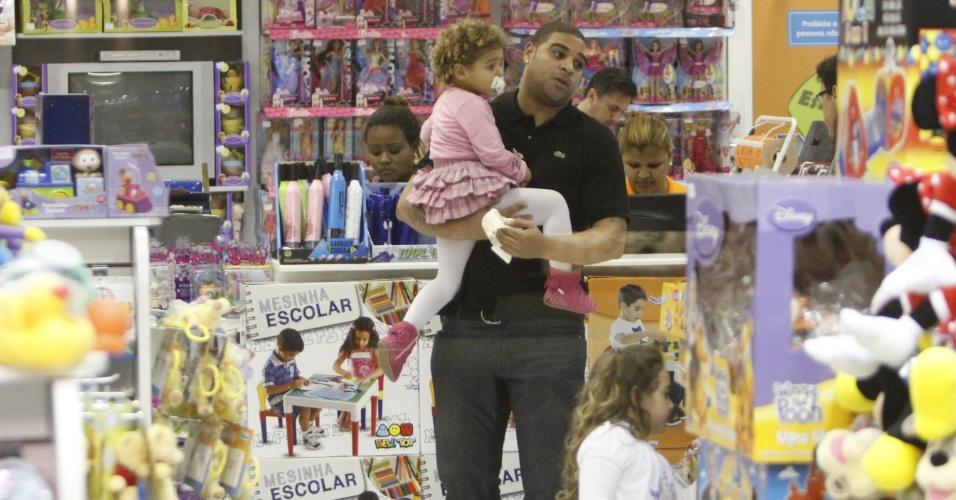 Adriano passeia com os filhos em shopping do Rio de Janeiro (16/6/11)