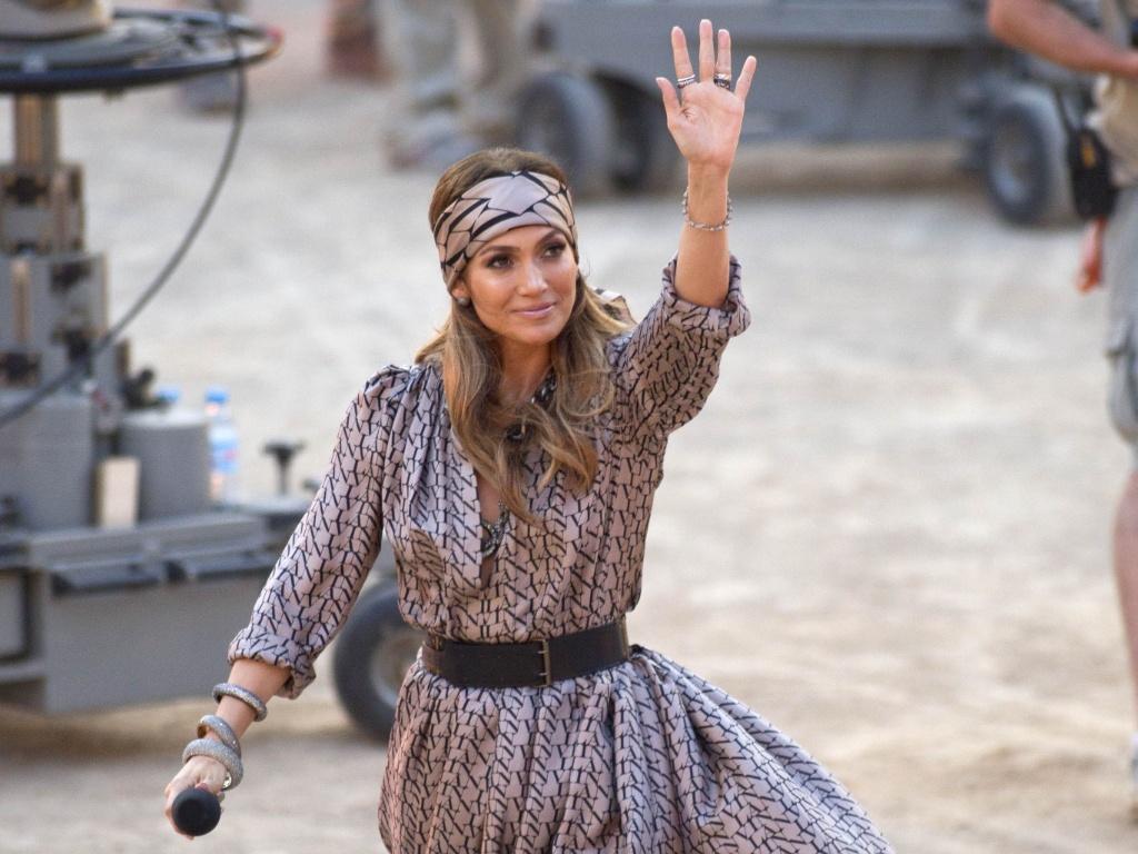 Jennifer Lopez acena para fãs durante gravação de programa de televisão na Espanha (18/6/11)