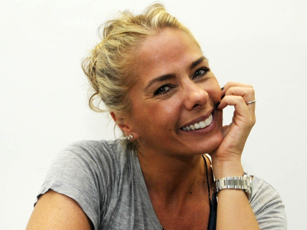 Adriane Galisteu, nos bastidores do concurso Miss Rio de Janeiro (17/6/2011)
