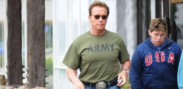 No dia dos pais, Arnold Schwarzenegger almoça com o filho caçula (19/6/11)