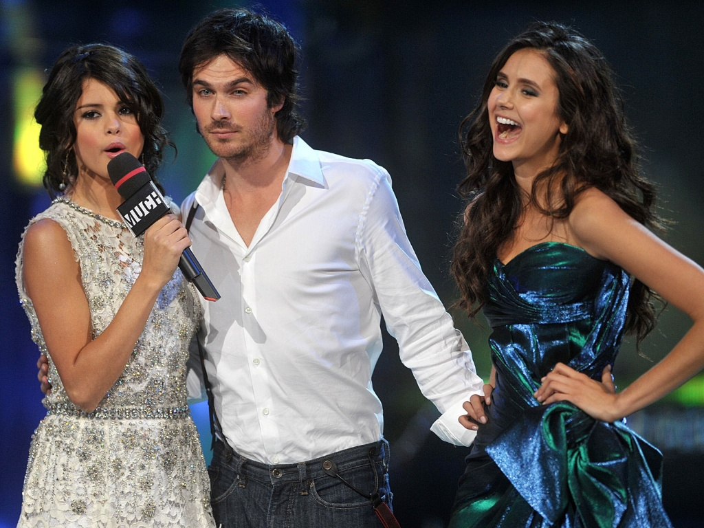 Selena Gomez (esq.) entrevista Ian Somerhalder e Nina Dobrev (dir.) durante o MuchMusic Video Awards, em Toronto (19/6/2011)
