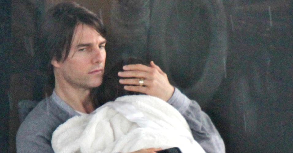 Tom Cruise abraça a filha Suri em um iate em Miami (18/6/2011)
