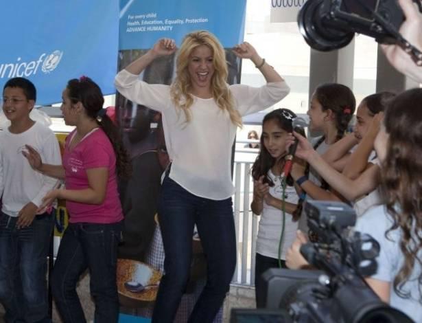 Shakira canta e dança durante visita a um colégio em Jerusalém (21/6/11)