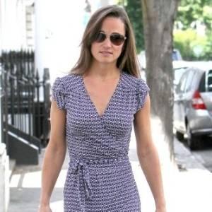 Com vestido discreto, Pippa Middleton faz compras em Londres (23/6/11)