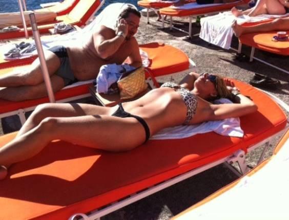 Adriane Galisteu toma sol na Itália (26/6/11)