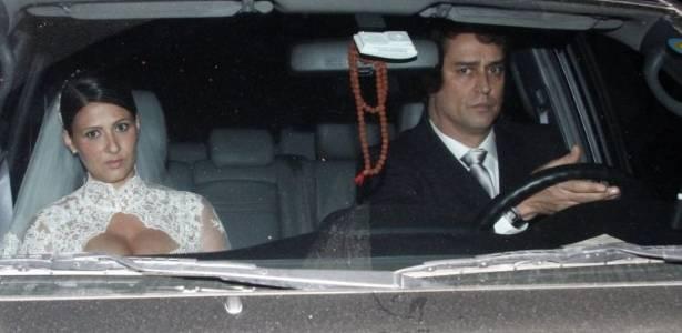 Carolina Hollinger e Marcello Antony são fotografados após se casarem no Rio de Janeiro (25/6/11)