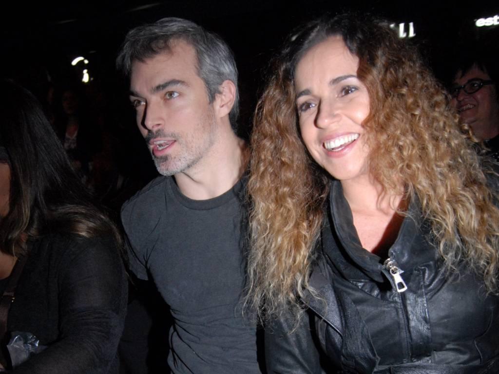 Daniela Mercury e o marido Marco Scabia assistem desfile no SPFW, em São Paulo (18/6/2011)