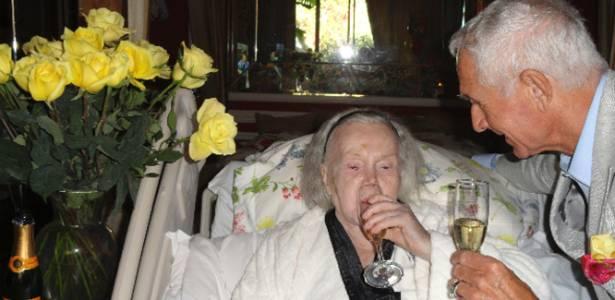 Zsa Zsa Gabor toma um champanhe após brindar o aniversário de 68 anos do marido, Prince Frederic Prinz Von Anhalt, na casa dela em Bel Air (18/6/2011)