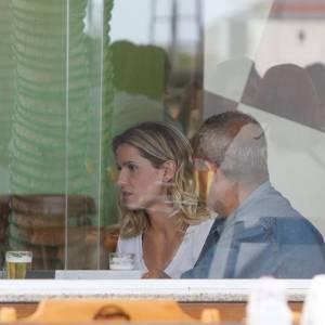 A atriz Deborah Secco almoça com amigos em um restaurante na Barra da Tijuca, no Rio (29/6/11)