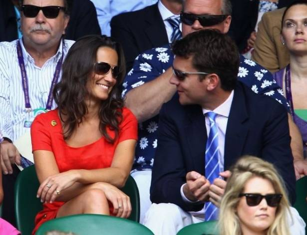 Apesar dos rumores de que Pippa Middleton tivesse terminado o namoro com Alex Loudon,  com ele que ela foi assistir ao Torneio de Wimbledon (29/6/11)