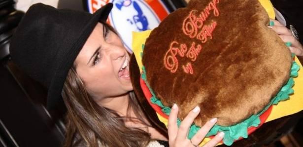 Fernanda Paes Leme vai à inauguração de hamburgueria no Rio de Janeiro e brinca ao posar para fotos (28/6/11)