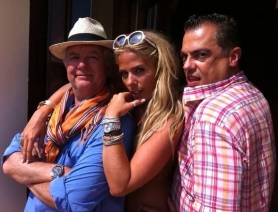 Adriane Galisteu posa ao lado do fotógrafo JR. Duran e do cabeleireiro Marco Antônio de Biaggi na Itália (30/6/11)