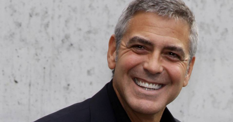 George Clooney chega ao desfile de Giorgio Armani, em Milo (27/9/2010)