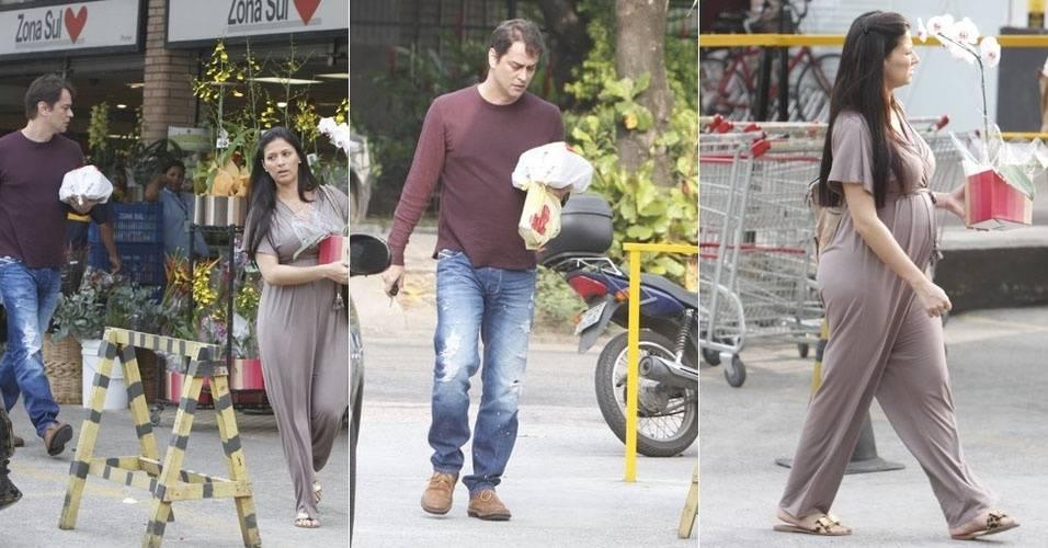 Marcello Antony e a mulher, Carolina Hollinger, fazem compras no Rio de Janeiro (3/7/11)