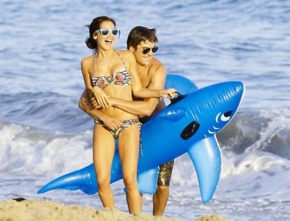 Ashley Tisdale passa o dia de seu aniversário de 26 anos ao lado de Zac Efron e outros amigos, em Malibu (2/7/11). Zac e Ashley se conheceram em 2006, durante o