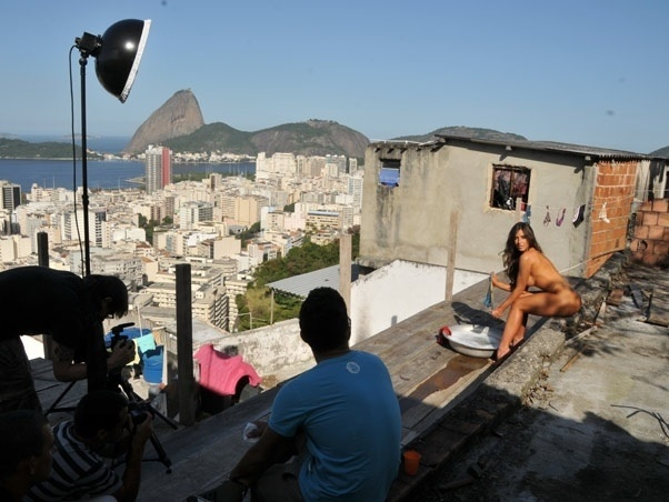Panicat Nicole Bahls posa para ensaio sensual em favela carioca &#40;4/7/11&#41;