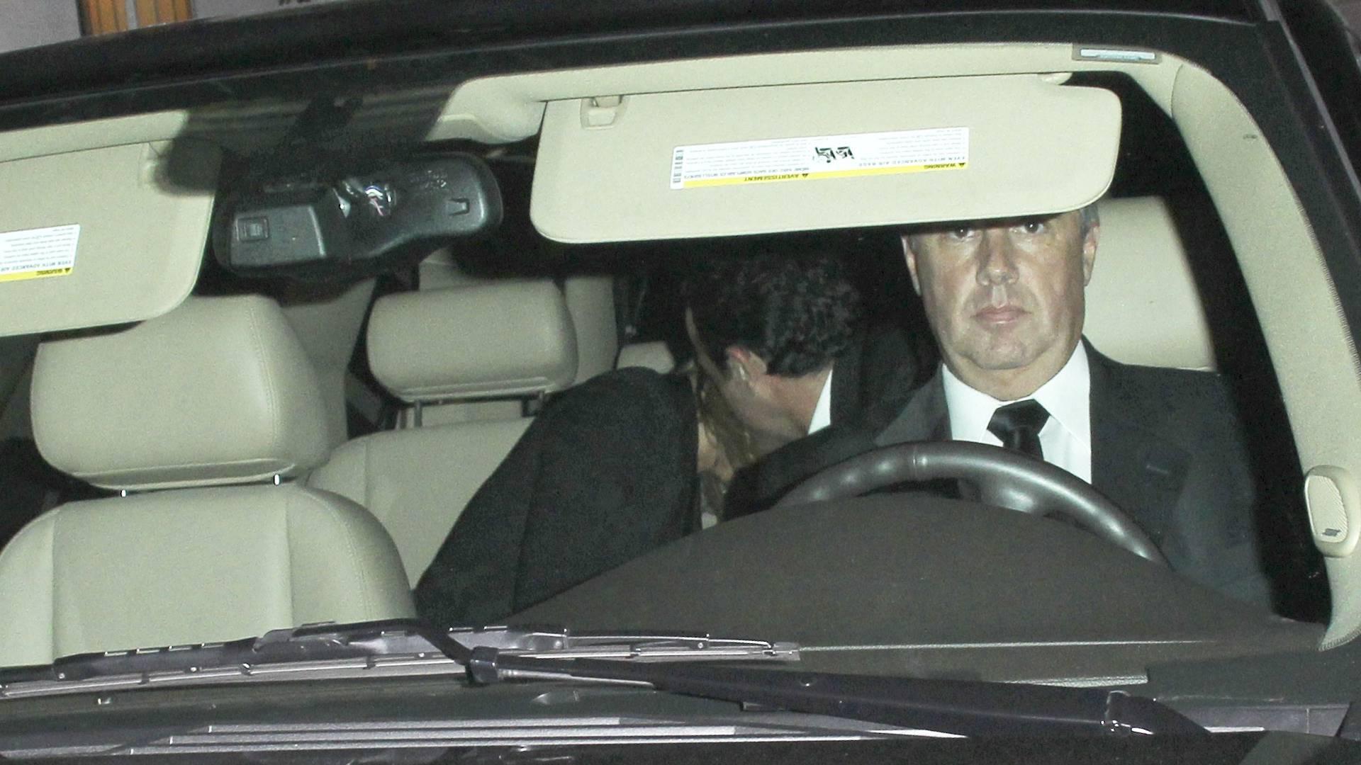 Jennifer Aniston e Justin Theroux escondem o rosto na saída do Chateau Marmont, em West Hollywood, segundo a Grosby Group (4/7/2011)