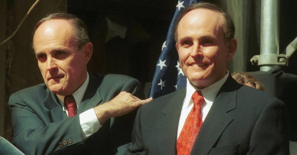 Político e ex-prefeito de Nova York Rudolph Giuliani posa ao lado de sua figura de cera em frente ao local onde foi construído um museu Madame Tussauds em Nova York (25/4/2000)