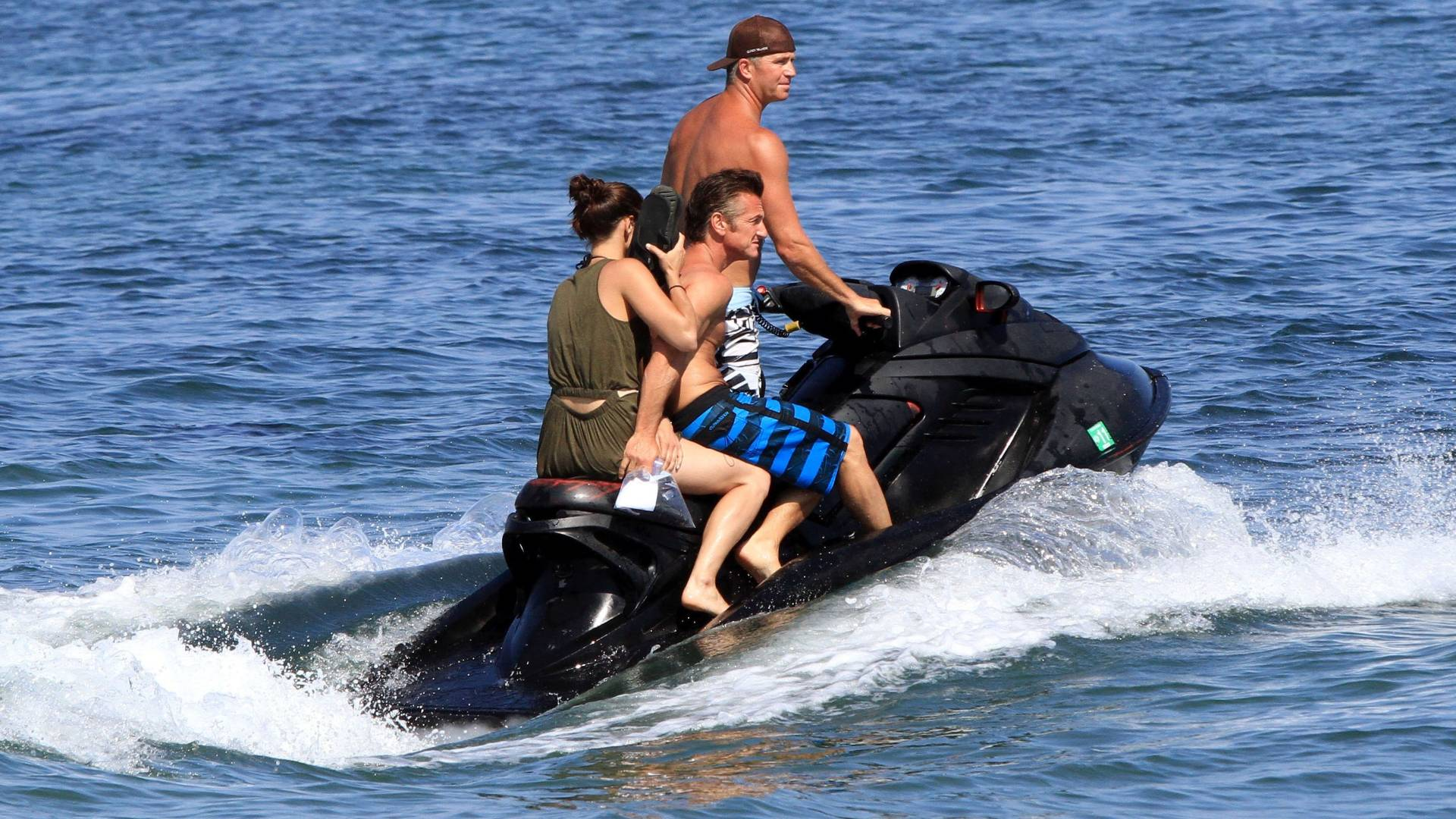 Sean Penn  fotografado com nova namorada durante passeio de jet ski em praia de Malibu (4/7/2011)