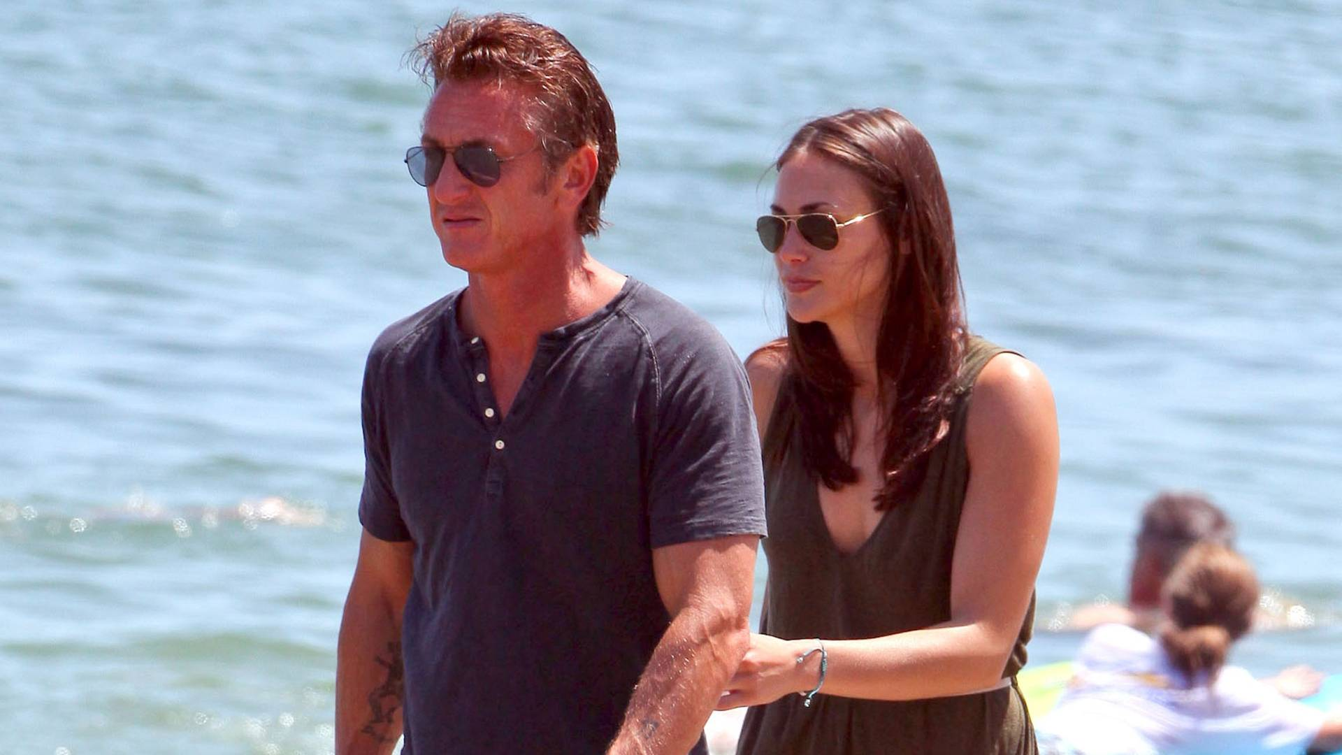 Sean Penn e nova namorada passeiam em praia de Malibu (4/7/2011)