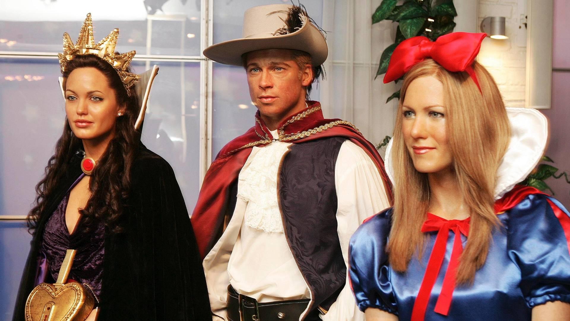 Figuras de cera de Angelina Jolie, Brad Pitt e Jennifer Aniston, vestidos como os personagens de Branca de Neve e os Sete Anões, no museu Madame Tussauds de Londres (8/1/2006)