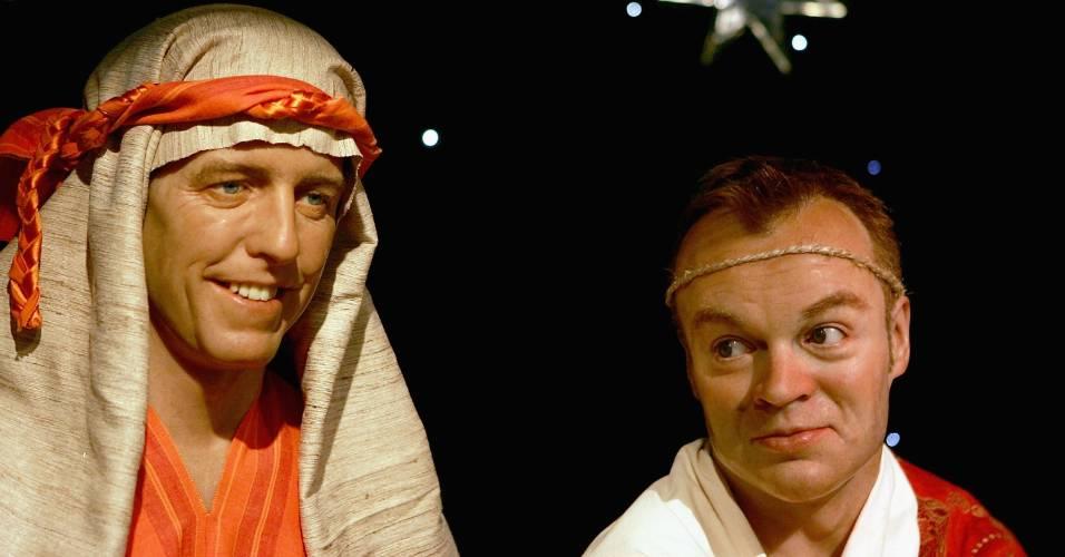 Figuras de cera do ator Hugh Grant (esq.) e do apresentador Graham Norton vestidos especialmente para o período de Natal no museu Madame Tussauds de Londres (8/12/2004)