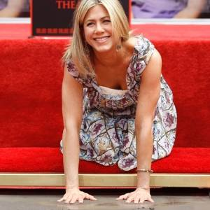 A atriz Jennifer Aniston deixa a marca de suas mãos no cimento da calçada em frente ao Teatro Chinês, em Hollywood, Los Angeles (7/7/11)