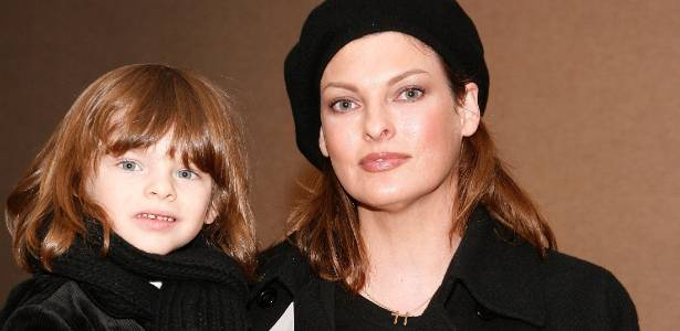 A modelo Linda Evangelista e o filho Augie em um evento beneficente do New York City Ballet & the School of American Ballet's no Lincoln Center em Nova York (5/12/2009)
