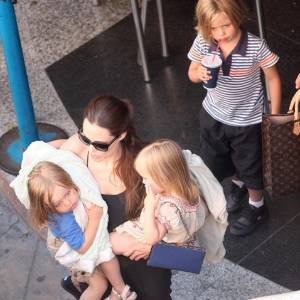 Angelina Jolie leva os gêmeos Vivienne e Knox e Shiloh a um boliche em malta, onde Brad Pitt está gravando