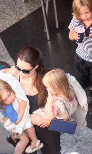 """Angelina Jolie leva os gêmeos Vivienne e Knox e Shiloh a um boliche em malta, onde Brad Pitt está gravando """"World War Z"""" (6/7/11)"""