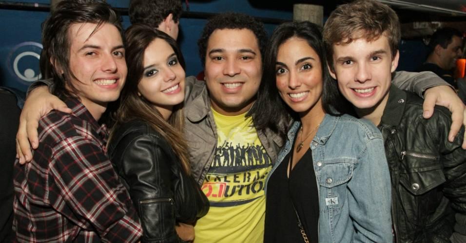 Da esquerda para a direita, o músico Pe Lanza, a atriz Giovanna Lancellotti, o promoter Savanan Almeida, a atriz Jade Sebá e o ator Diego Lagos em boate no Rio (6/7/2011)