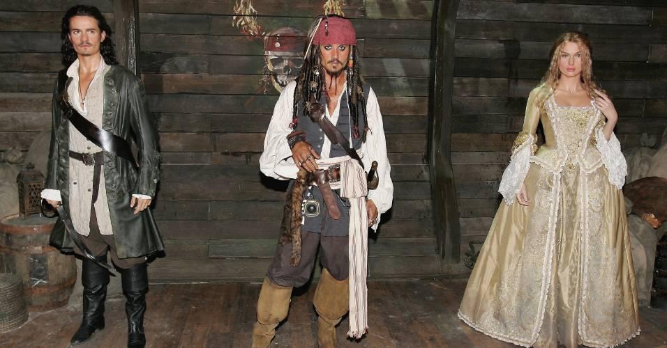 Figuras de cera dos atores Orlando Bloom (esq.), Johnny Depp (ao centro) e Keira Knightley, vestidos como seus personagens em